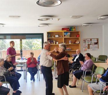 Personas mayores bailando