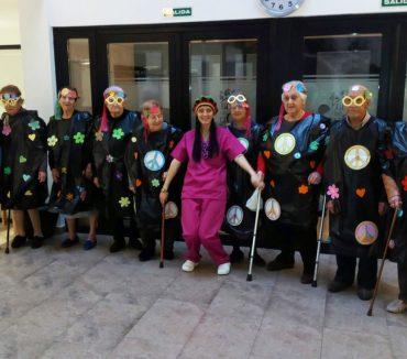 Mujeres mayores disfrazadas en carnaval